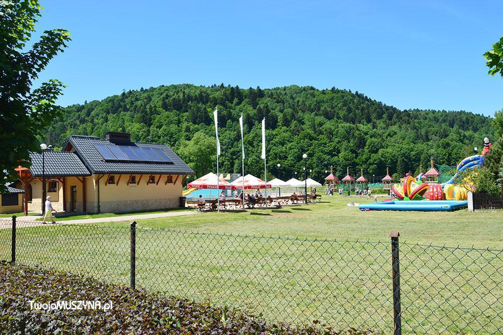 Pohľad na rekreačné centrum v Muszynie (bazény a lanový zábavný park)