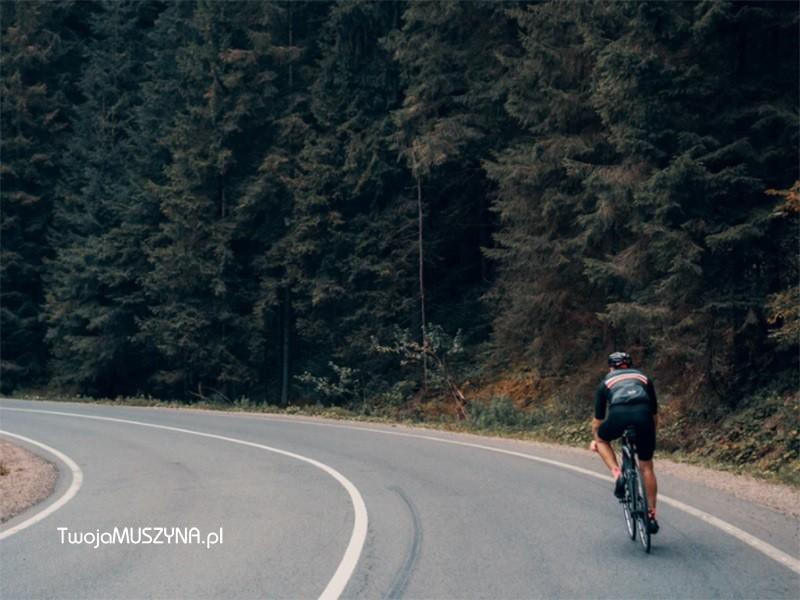 rowerzysta na drodze