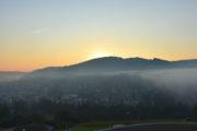Východ slnka v Muszyna zo senzorických Záhrad - fotografie